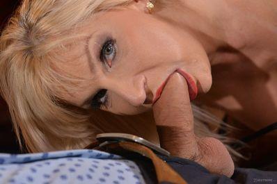 Красивая блондинка ебется со своим парнем качком